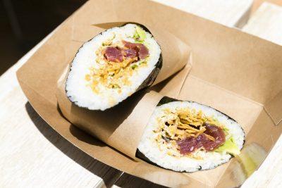 Rollito de sushi con tartar de atún y jalapeño