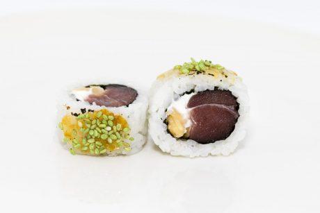 Sushi arroz por fuera de atún