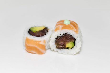 Sushi arroz por fuera de tartar de atún y salmón por enciama
