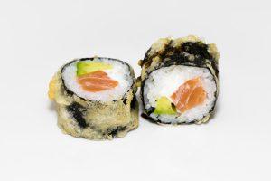 Sushi de salmón alga por fuera tempurizado