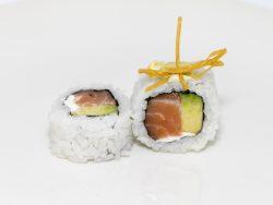 Sushi arroz por fuera de salmón