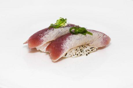 Bolita de arroz con atún lacado en sésamo