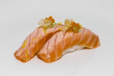 Bolita de arroz con salmón sopleteado