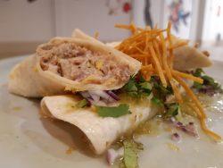 Tortilla de trigo con guiso mexicano de cerdo