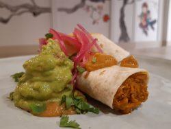 Burrito relleno de guiso de cochinita pibil