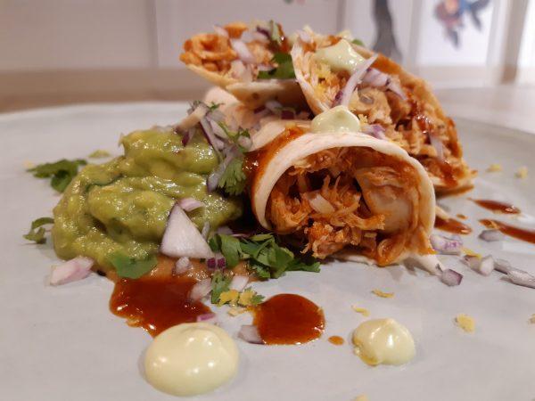 Tortilla de trigo con guiso mexicano de tinga