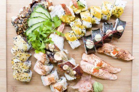 60 piezas variadas de makis, uramakis, nigiris y sashimi